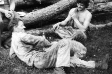 Franciszek Kolak i Bolesław Stopa odpoczywają po pracy w polu