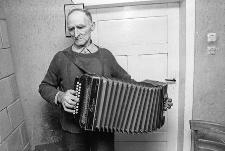 Muzyk wiejski Stefan Borzyszkowski gra na tzw. guzikówce